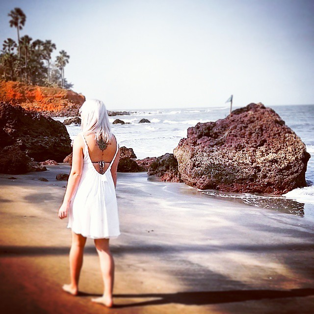 Wanted: beach and rays of light and blue water and white dresses and sunscreen and sand and the sound of waves and barefoot and palmtrees. Oh yes, palmtrees.