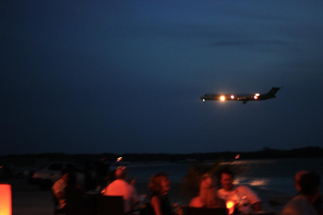 Vliegtuig dicht over strand